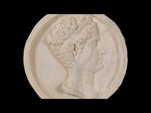 Cabeza femenina con diadema