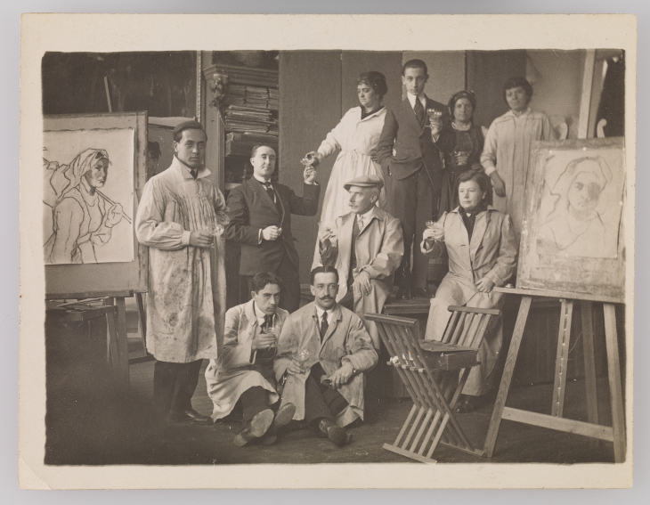 Cecilio Plá rodeado de artistas haciendo un brindis