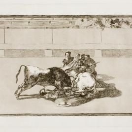 Caida de un picador de su caballo debajo del toro