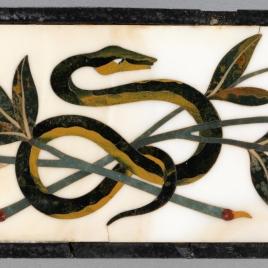 Placa con serpiente y flores