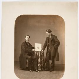 Retrato de dos hombres sosteniendo una fotografía