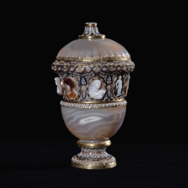 Agate vase with a central band of cameos