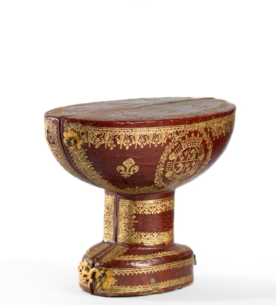 Case for oval jasper bowl with fretwork stem