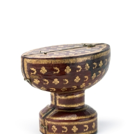Case for boat-shaped cup with a band of birds and flowers on the mount