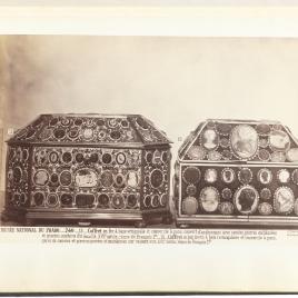 Cofre ochavado recubierto de oro esmaltado con entalles y camafeos y arqueta recubierta de camafeos