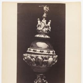 Copa alta con emperadores, virtudes y la fama