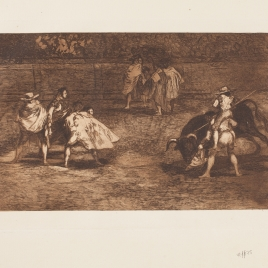 Un varilarguero, montado a hombros de un chulo, pica al toro