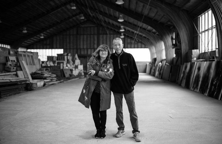 Isabel Coixet y Cai Guo-Qiang en el estudio del artista en New Jersey, USA. Mayo 2017 ©Stephanie Yang Chen / Isabel Coixet and Cai Guo-Qiang at the artist's studio in New Jersey, USA. May 2017 ©Stephanie Yang Chen