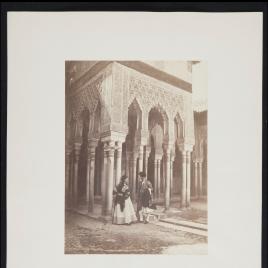 Escena costumbrista en el Patio de los Leones de La Alhambra de Granada representada por Isabel Madrazo Garreta y Mr. Kay