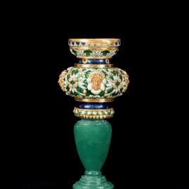 Guarniciones del pie y del vástago de un vaso en forma de copón con tres ninfas y un remate con sátiro desaparecido