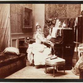Aline Masson tocando el piano en el estudio de Raimundo de Madrazo