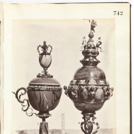 Copa de ágata con un asa con remate en forma de copa y copa alta con emperadores, virtudes y La Fama
