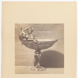 Copa abarquillada de ágata con Cupido sobre un dragón
