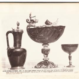 Jarro de sardónice, copa avenerada de jaspe con caracol en la tapa y copa