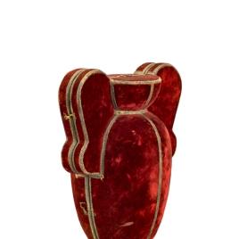Estuche para jarra de cristal con asas en forma de cartones y decoración de rosas