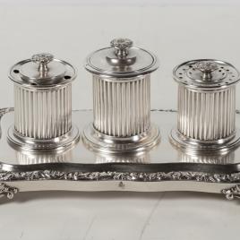 Escribanía: juego de tres tinteros en bandeja de plata