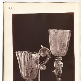 Jarro de cristal con gran asa en forma de cartón y copa seisavada