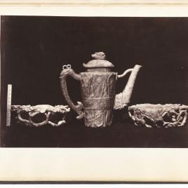 Dos cuencos decorados con elementos vegetales y una jarra oriental