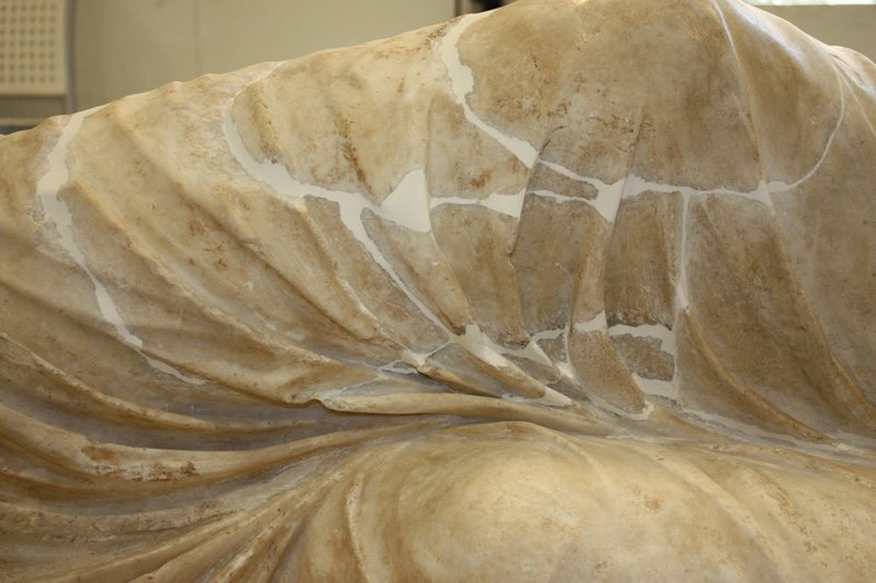 <p>Detalle, rodilla de Ariadna durante el proceso de restauraci&oacute;n</p>