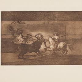 Varilarguero y chulos haciendo el quite a un toro cogido