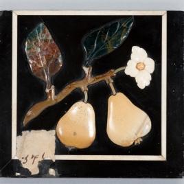 Placa con frutas y flores en relieve