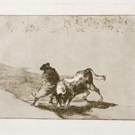 El diestrísimo estudiante de Falzes, embozado burla al toro con sus quiebros