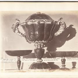 Copa abarquillada de heliotropo, copa de heliotropo con cabezas de leonas y copa en forma de artesa