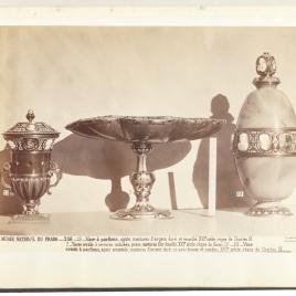 Copa de pie cuadrado de jaspe con camafeos, vaso de jaspe  y vaso aovado de ágata con dos bandas de camafeos