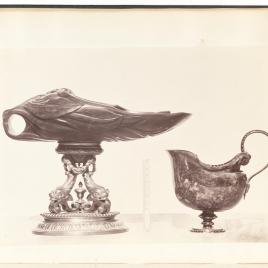 Vaso de jade en forma de mascarón, sobre cuatro delfines y aguamanil de jaspe en forma de morrión