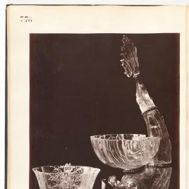 Bernegal de cristal con seis gallones y asas en forma de cartones