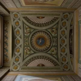 Molduras arquitectónicas y adornos fingidos, con figuras alegóricas y flores