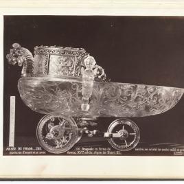 Barco de cristal con un dragón, dos bichas y ruedas