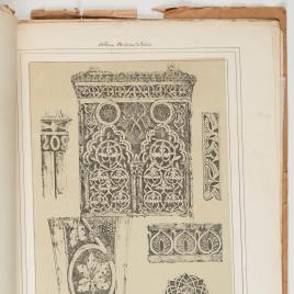 Detalle de los adornos arabes del arco del Salón de Casa de Mesa
