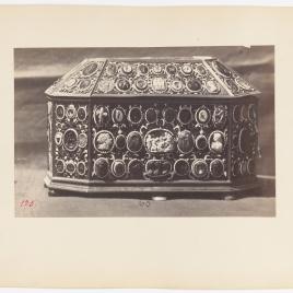 Cofre ochavado recubierto de oro esmaltado con entalles y camafeos