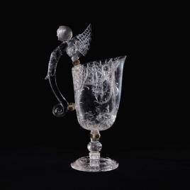 Jarro de cristal con asa en forma de bicha alada