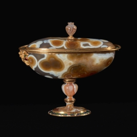 Boat-shaped agate cup with two masks and cover