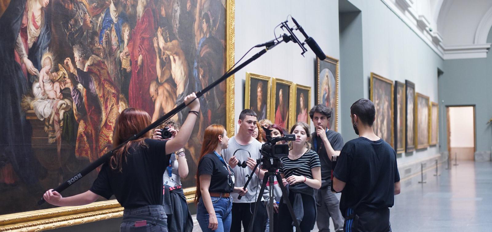 <em>A través del Prado. Miradas y retratos de un museo</em>