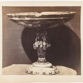 Copa de ágata con festones de uvas.