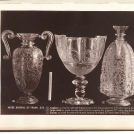 Jarra de cristal con asas en forma de cartones y decoración de rosas, copa de las Cuatro Estaciones y botella con dos bocas y anillas