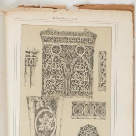 Detalles de los adornos árabes del arco del Salón de Casa de Mesa