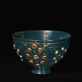 Heliotrope tazza with turquoises and rubies