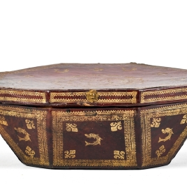 Case for octagonal tray with interlaced foliate decoration
